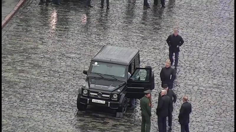 ВИДЕО подвига генерала Золотова у стен Кремля офицер и террорист обменялись дружеским рукопожатием
