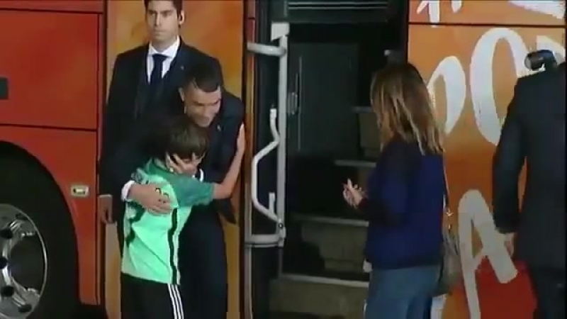 Пацан плакал около автобуса португальской сборной из-за того, что не успел сфоткаться с Роналду...