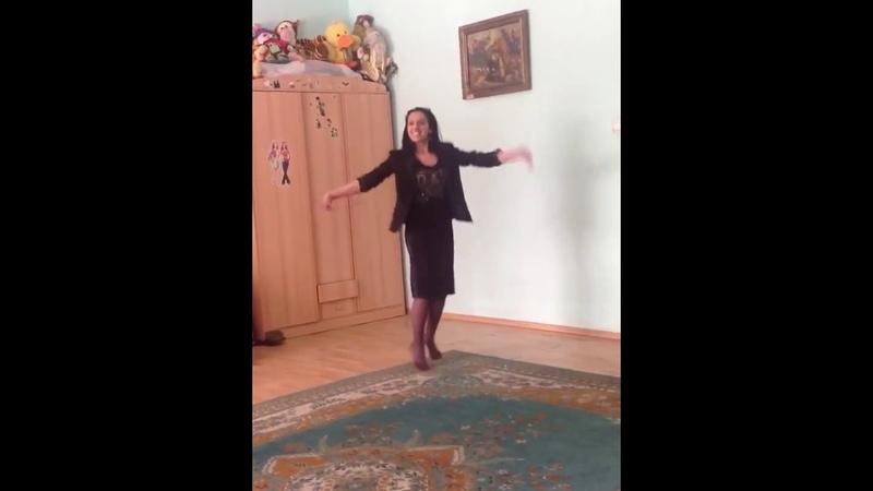 Цыганка красиво танцует дома