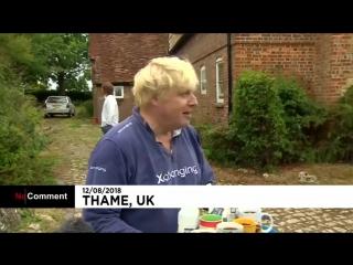 NC Борис Джонсон поит критиков чаем