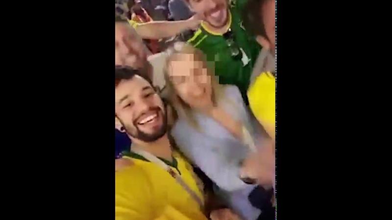 Девушка не знает, что скандируют бразильские болельщики
