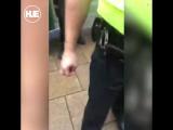 В Британии сняли на видео, как коп избивает ребенка