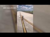 Полуголый мужчина спрыгнул с самолета в США.