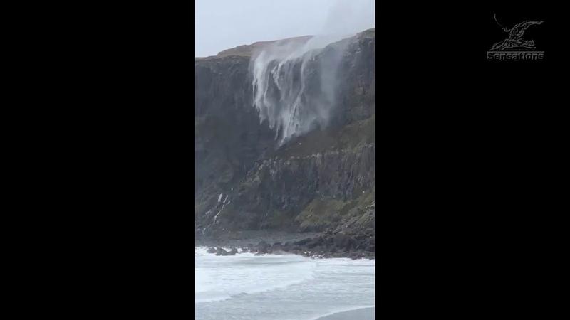 Под воздействием сильного ветра водопад на пляже Талискер шотландского острова Скай развернуло в неб
