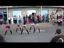 Красивые школьницы на линейке в школе танцуют тверк и го го крутят попой в коротких шортах и колготках