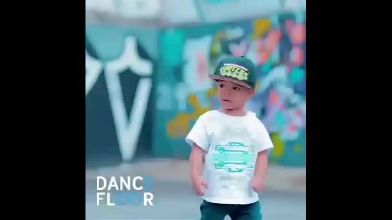 с децтва танцор