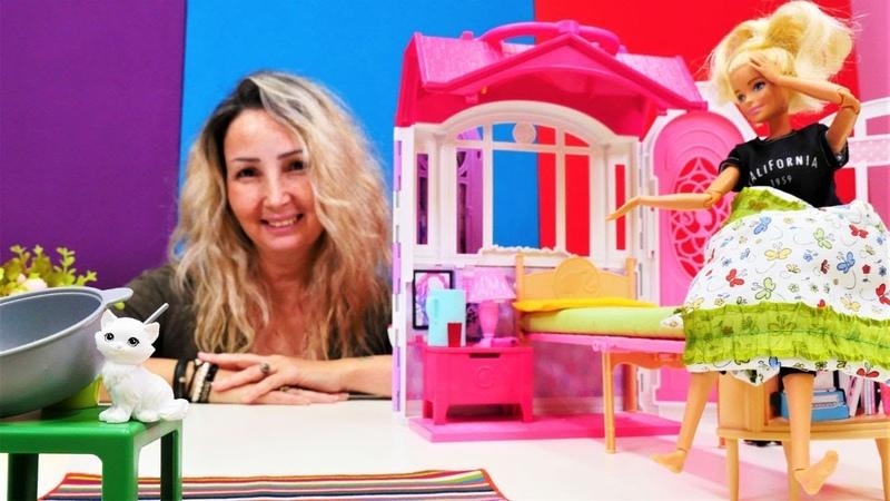 Özge Barbie'ye çorba yapıyor. Çocuk videosu kukla ile