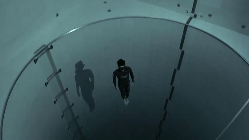 Guillaume Néry plonge en apnée dans la piscine Y40 la plus profonde du monde