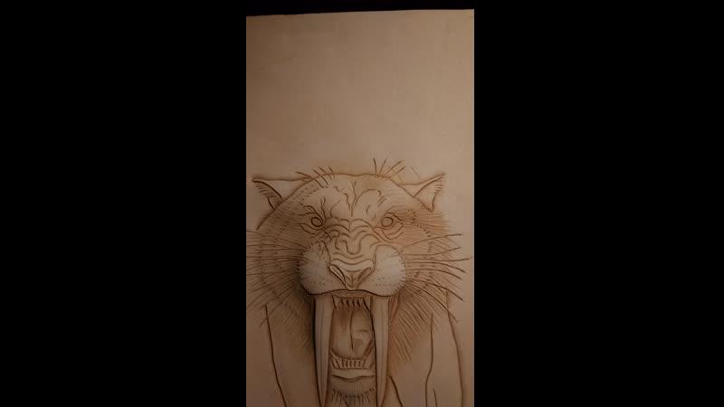 Клапан мужской сумки Резьба по коже объёмное тиснение СКСтиль Саблезубый тигр