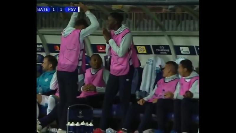 Потрясающий сейв голкипера БАТЭ в матче с ПСВ