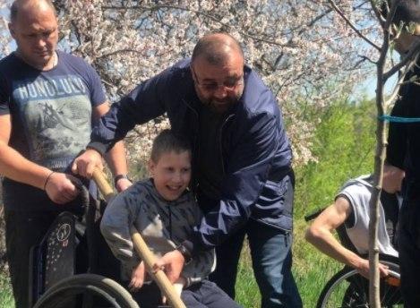 Александр Петровский подарил детям инвалидам фруктовый сад