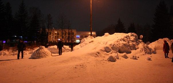 В этом году с улиц города навезли мало снега, поэтому снежный городок оказался крайне бедным. А всего за 2000 рублей в день можно на сутки нанять профессиональных мастеров и сделать обалденные горки и ледовые фигуры. Только снег привезите.  2 января 2018 года.
