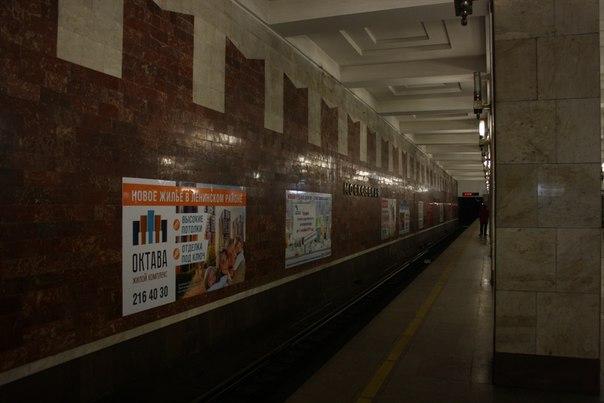 Вдоль путевой стены минимум 7 рекламных низкопробных объявлений, которые портят нахуй всё. Притом объявления очень дешёвые — поток пассажиров низкий.  1—5 января 2018