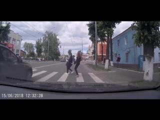 Йошкар-олинский лихач чуть не отправил двух девушек под колеса авто (ВИДЕО)