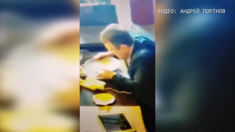 Чувак добрался до корыта. Советник МВД Укропии Геращенко хавает 8 декабря 2017 года.