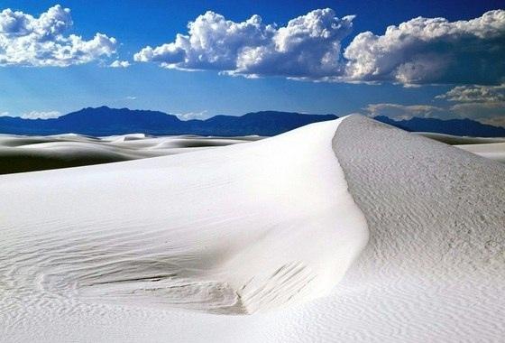 На юге США находится самая необычная пустыня в мире – Пустыня Белых Песков. Уникальность этой пустыни объясняется двумя вещами: цветом и материалом. Находясь здесь, невольно кажется, что белоснежные просторы навеяны снегопадом – но это не так. Материал, с