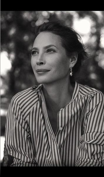 Супермодель Кристи Тёрлингтон стала новым лицом экологичной коллекции H&M Conscious Exclusive.