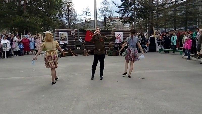 Александр Середов и заводской танцевальный коллектив