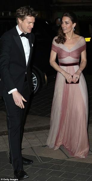 Кейт Миддлтон посетила гала-ужин в Музее Виктории и Альберта Сегодня вечером в Музее Виктории и Альберта в Лондоне состоялся благотворительный прием, на котором собрали средства для поддержки