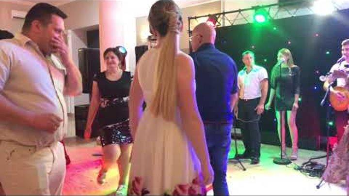 Остра Тирнина Танцювальні та позитивні Хлопці New Continent Буштино