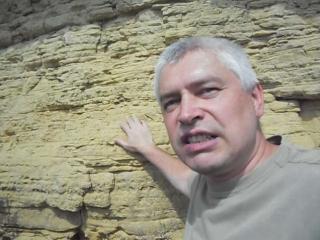 Современный человек говорит про первобытный век, первобытная скала