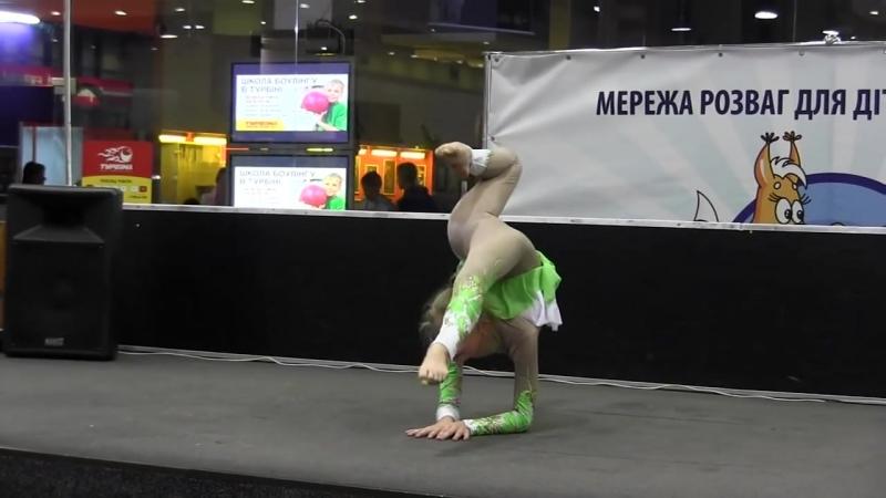 Полина Трощак каучук на полу гимнастика цирковая студия Едность