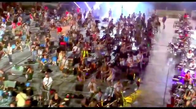 1000 музыкантов исполнили Smells Like Teen Spirit