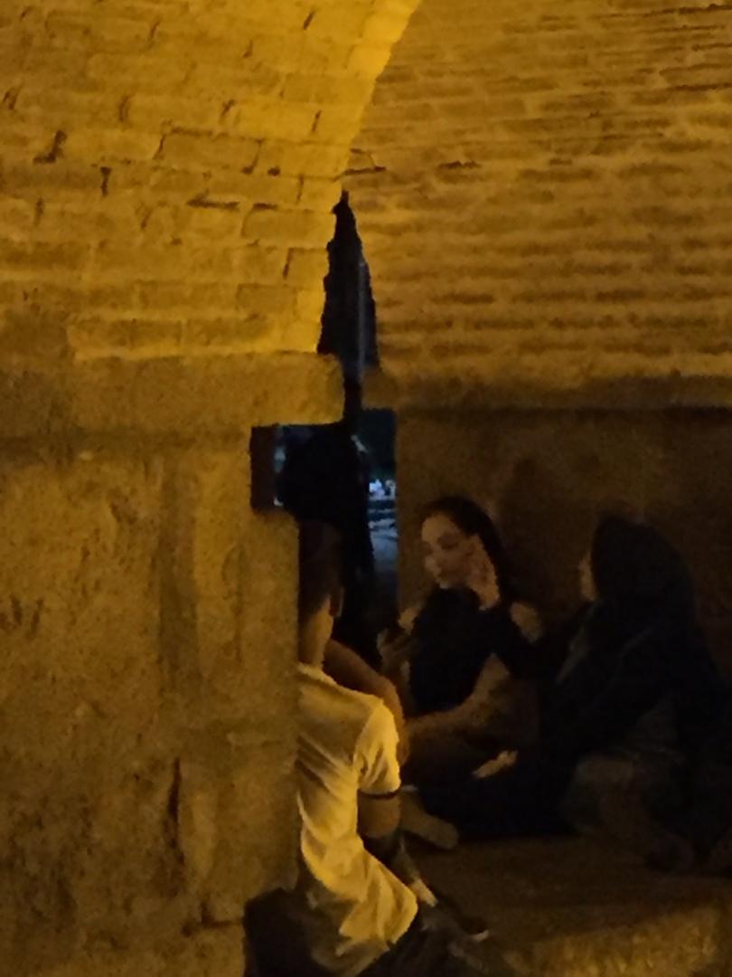 Путешествие в иран часть 9. Между опорами моста можно увидеть горящую свечу