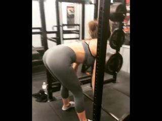 Lena Paul качается на тренировке в спортзале