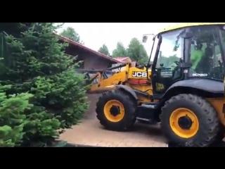 По-моему, мужик на тракторе решил объявить маленькую низависемую Наваросию