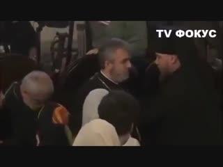 Во время передачи томоса об автокефалии,священник рядом с Порошенко упал в обморок