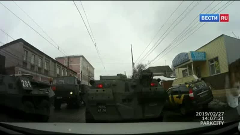 ВестиRu Выпрыгиваем Появилось видео момента аварии бронетранспортера с четырьмя легковушками