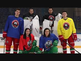 Девчонки и мальчишки поиграли в хоккей