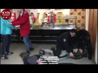 Заспокоювали 4 наряди поліції: в Києві підлітки трощили вітрини «Ашана» і билися з охороною