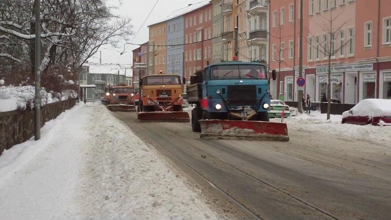 Зимняя техническая служба в составе IFA убирает снег с улиц Франкфурта-на-Одере (Германия). Видео на YouTube датировано январём 2010 года:
