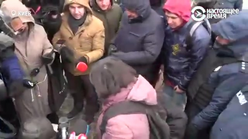 В Киеве женщину, которая хотела проголосовать на выборах президента рф, окружила толпа
