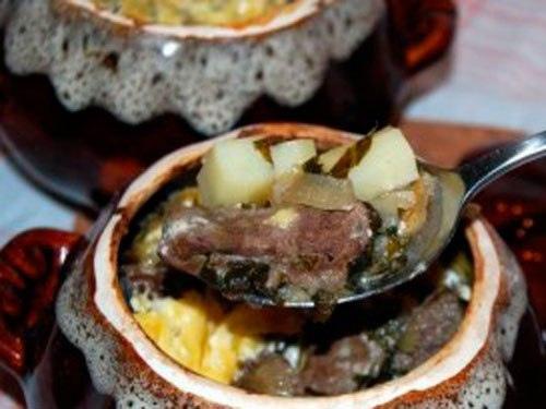 Говяжья печень с картофелем и сливками в горшочке