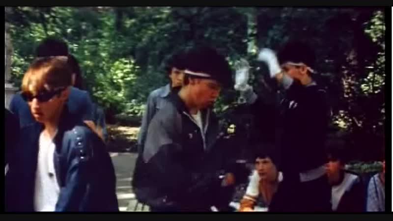 Советская молодежь танцует брейк-данс, фрагмент фильма Танцы на крыше в 1985 году.