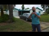 Русский парень, живущий в США, просто гуляет по улице возле своего дома, снимает видео и встречает типичного американца