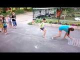 Крестики нолики играют дети