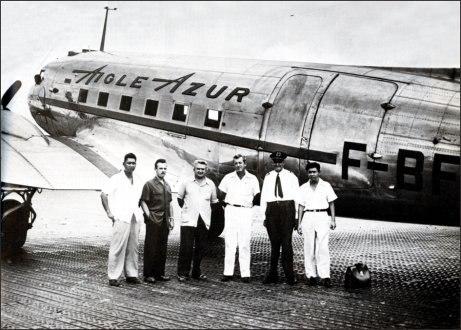 Фото сотрудников авиакомпании на фоне их певого лайнера (1946 год)