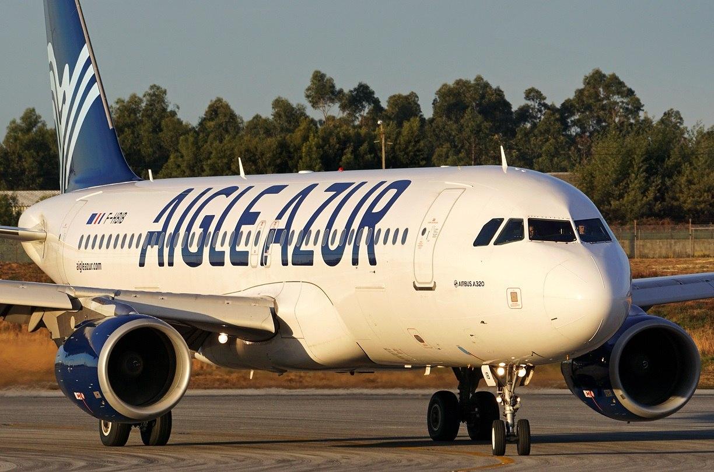 Самолет Aigle Azur на рулежной дорожке в аэропорту