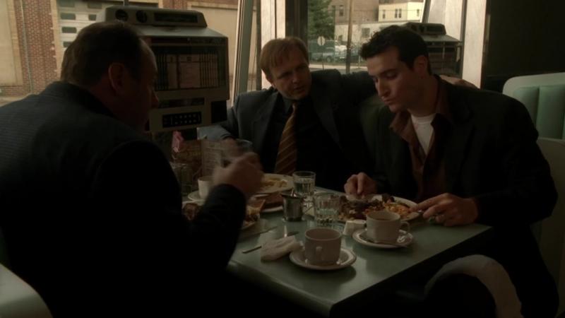 (Клан Сопрано S04E07_01) Тони, Ральфи и Брайан завтракают. Брайан угощает их идеей наебать правительство.