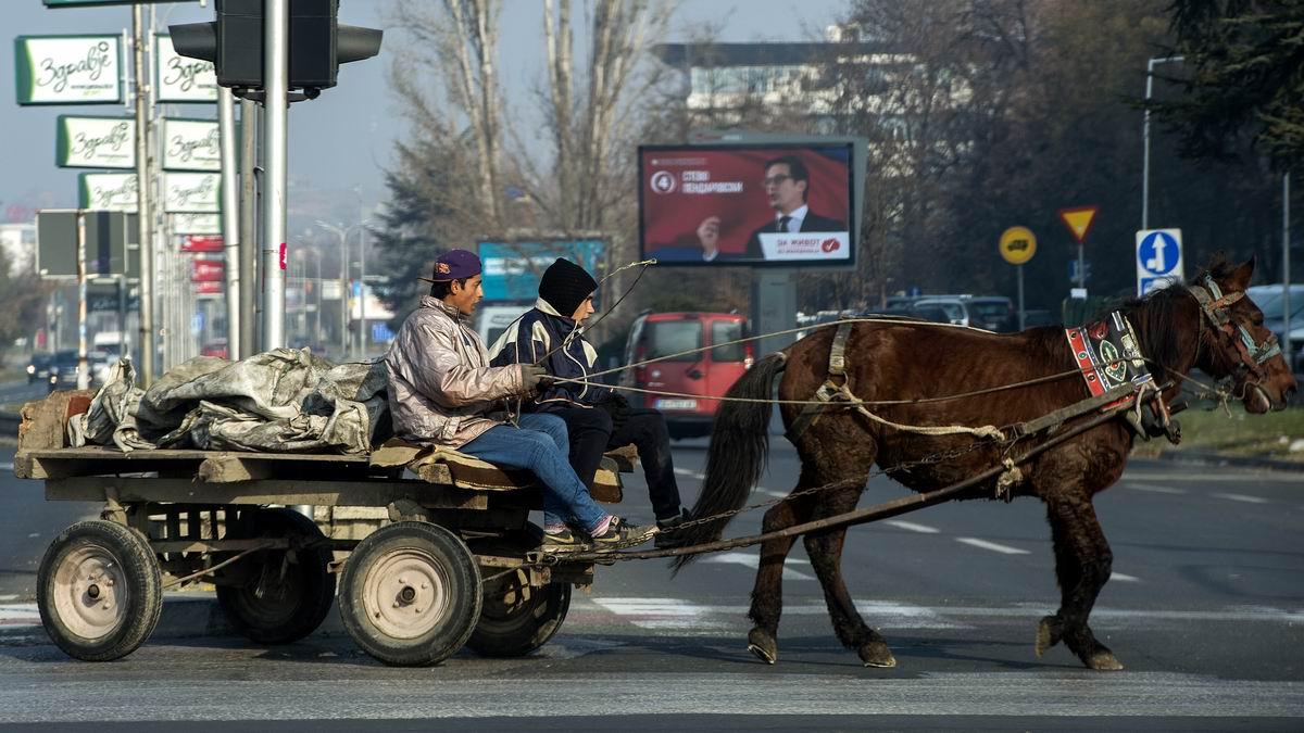 Уступите нам дорогу: Цыганский транспорт в центре македонское столицы