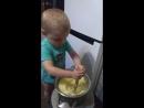 сын мнет картошку