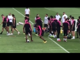 Petite image sympa de l'entraînement du PSG quand Neymar tente en vain le petit pont sur M