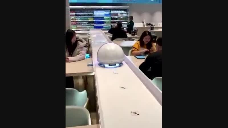 В китайском кафе роботы заменили официантов.