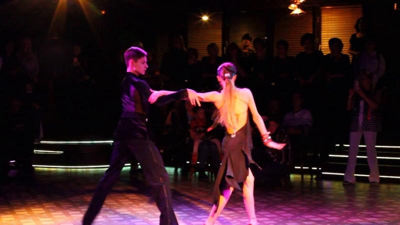 Румба в исполнении спортивной пары. Бальные танцы шоу номера Омск