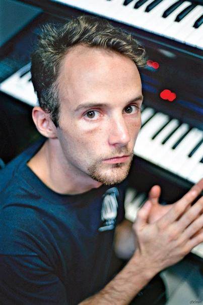 singer моби. моби (наст. имя ри́чард ме́лвилл холл; род. 11 сентября 1965 года, гарлем, нью-йорк) - американский диджей, певец, композитор, мультиинструменталист и исполнитель, работающий в