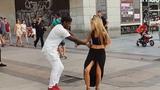 Bailando Salsa cubana l bailando en la calle l Madrid Timbera l bailando timba cubana